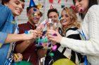 Silvestr, nový rok, oslava, párty, přípitek, šampaňské, narozeniny. Ilustrační