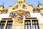 Rostlinné i zvířecí motivy se pak skví ve všech barvách. Sgrafitovou výzdobu pražského malíře Václava Malého obdivují snad všichni kolemjdoucí. Vedle sedláků a selek zde vidíme například včelí úly, které jsou znakem hojnosti