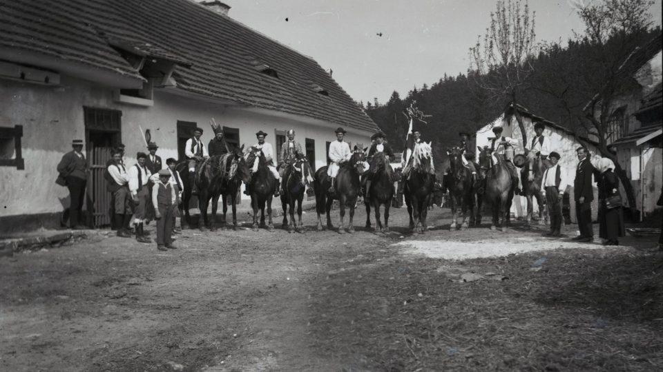 Májová objížďka Krále v Babině na Plasku. Foto: Petřík, 1930