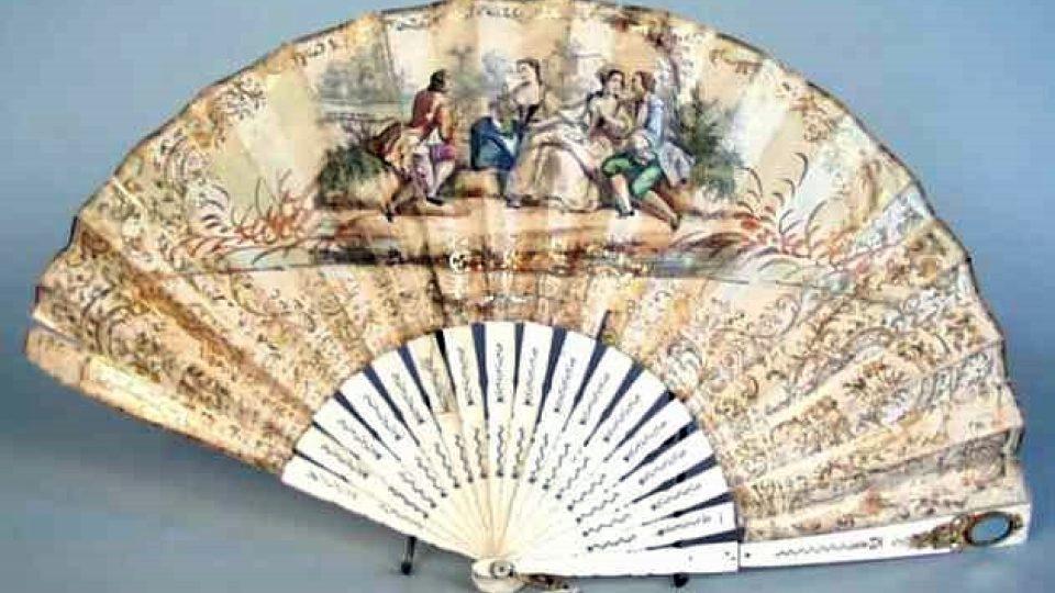 Dvojitý papírový list zdobený litografií, kolorovanou kvašovou technikou. Na aversové straně centrálně položená žánrová scéna: dva milenecké páry v kostýmech z 18. století sedící na kamenech u břehu, pravděpodobně v zámeckém parku
