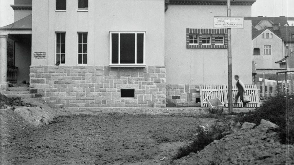 Fotografie rodinného domu Ladislava Lábka, vystavěného mezi lety 1921 a 1922 dle návrhu Hanuše Zápala, foto z druhé poloviny roku 1922 těsně před dokončením stavby