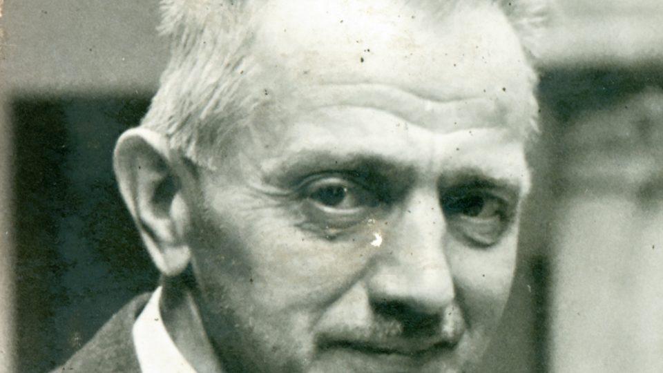 Průkazová fotografie Ladislava Lábka, pořízená v atriu Národopisného muzea Plzeňska v roce 1944
