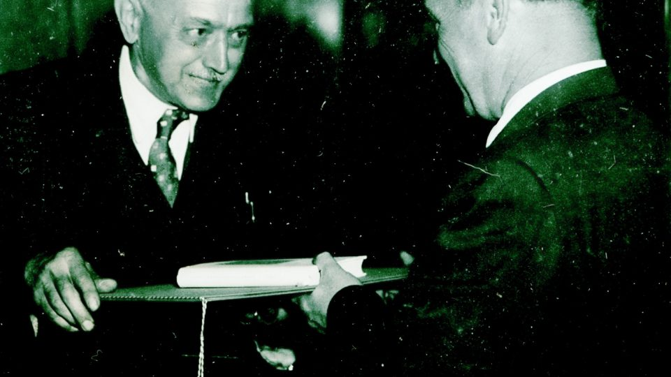 Ladislav Lábek při udělování cen osvětovým pracovníkům města Plzně v květnu 1955
