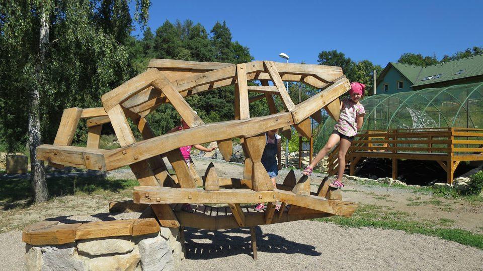 Brána do pravěku s dřevěnou lebkou dinosaura