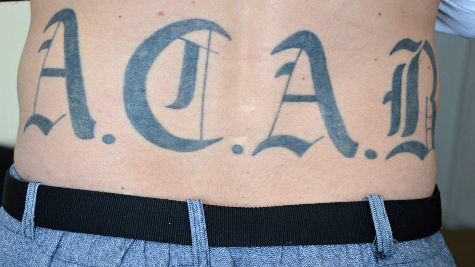 Etnoložka Alena Lochmannová provedla pětiletý výzkum v českých mužských věznicích zaměřený především na tetování. A také na mýty, které o životě za mřížemi mezi lidmi kolují