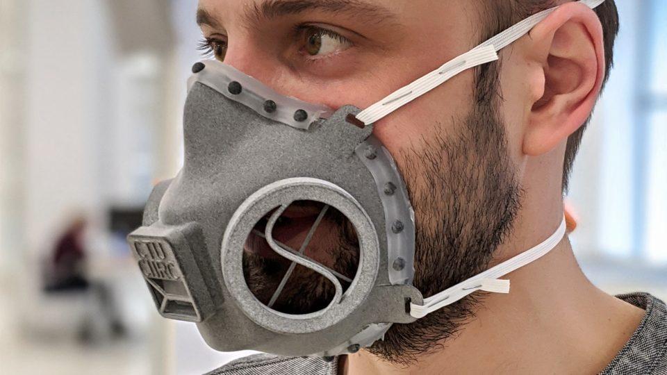 Polomaska je kompletně sterilizovatelná, takže ji bude možné používat opakovaně, stačí ji vydezinfikovat a vyměnit filtrační materiál. Jak sedí na obličeji předvedl František Mach z Fakulty elektrotechnické Západočeské univerzity v Plzni