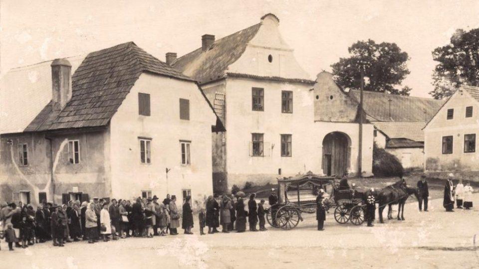Historické fotografie domu U Lípy, někdy také označován jako domu U České lípy (1940)