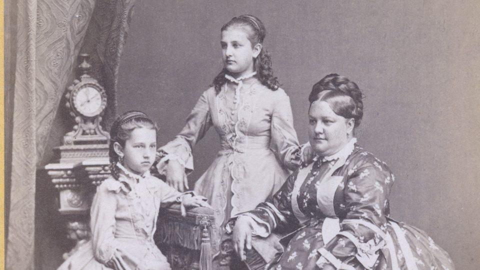 Paní Josefa Mosrová s dceruškami, 1854.  Foto J. Bottinger