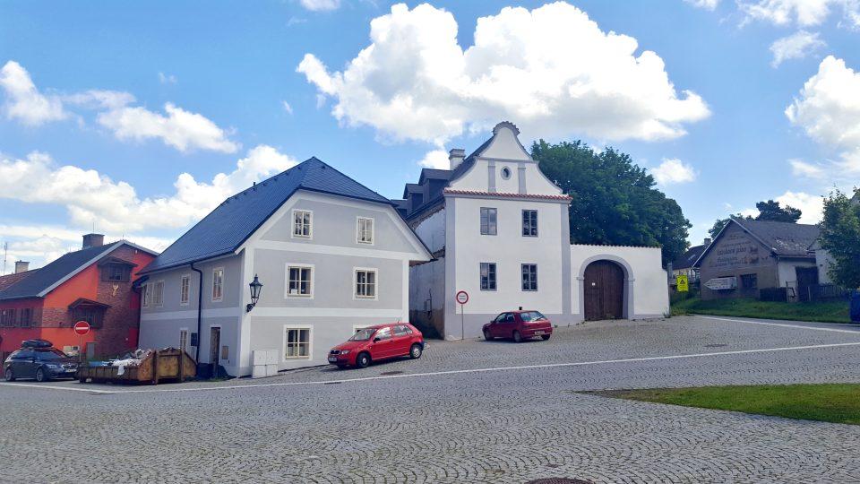 V posledních několika letech má dům U Lípy novou majitelku, která se ho snaží postupně opravovat. Foto z roku 2020
