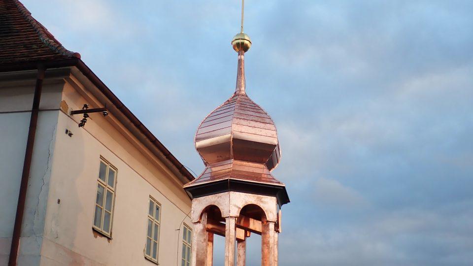 Opravená věžička bývalého špitálu v Kladrubech