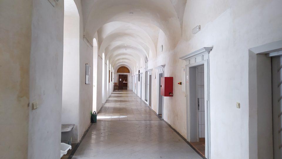 Chodba mezi jednotlivými pokoji, kde jsou ubytováni účastníci táborů
