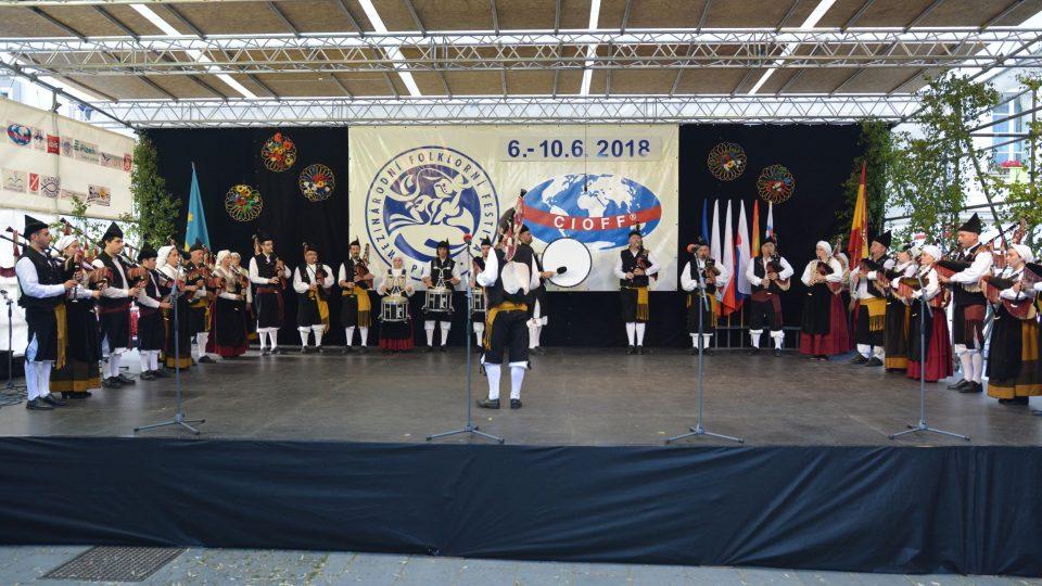 Banda de Gaitas Avante Cuideiru - El Carbayon z Asturie (Španělsko)