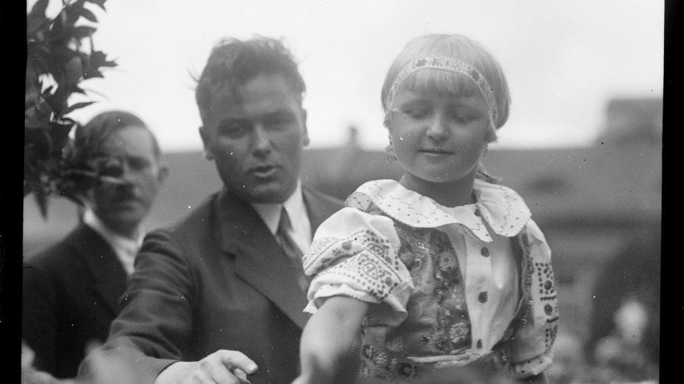 Foto z položení základního kamene u památníku osvobození Fotografie zachycuje položení základního kamene k památníku osvobození, Balley, 1927. Na dívčím oblečení je dobře patrná svérázová výšivka