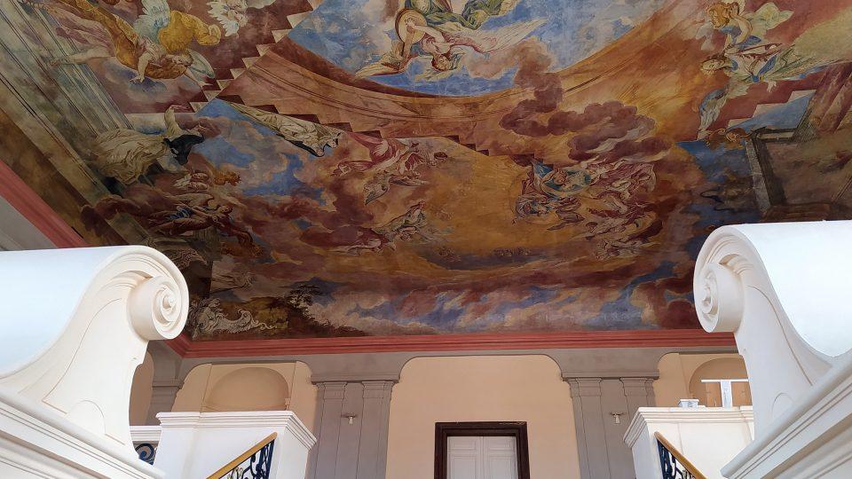 Malba se nachází nad schodištěm konventu