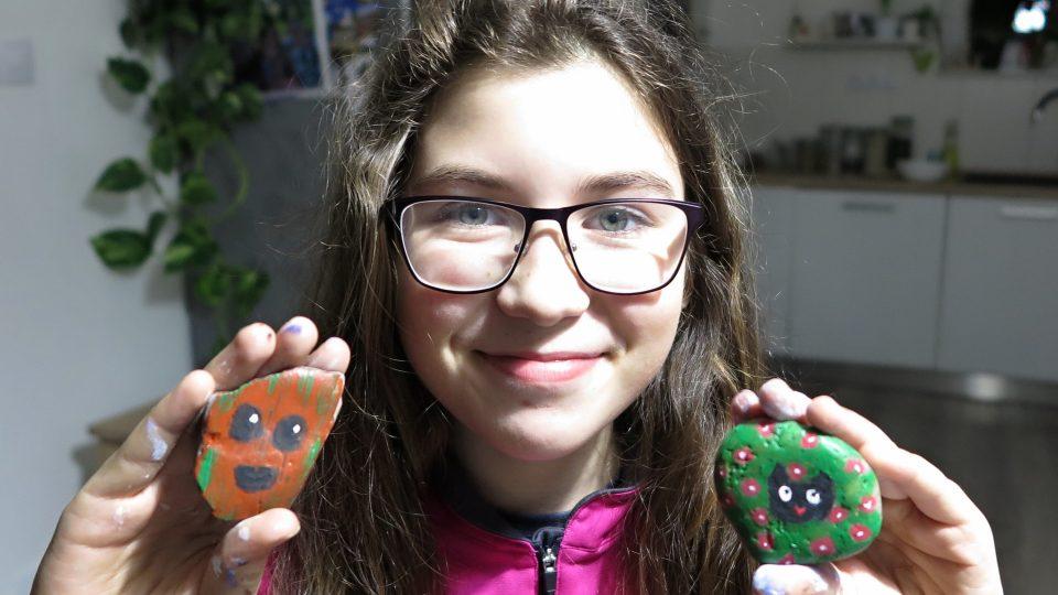 Jedenáctiletá Anežka věří, že její malované kamíny nálezce potěší