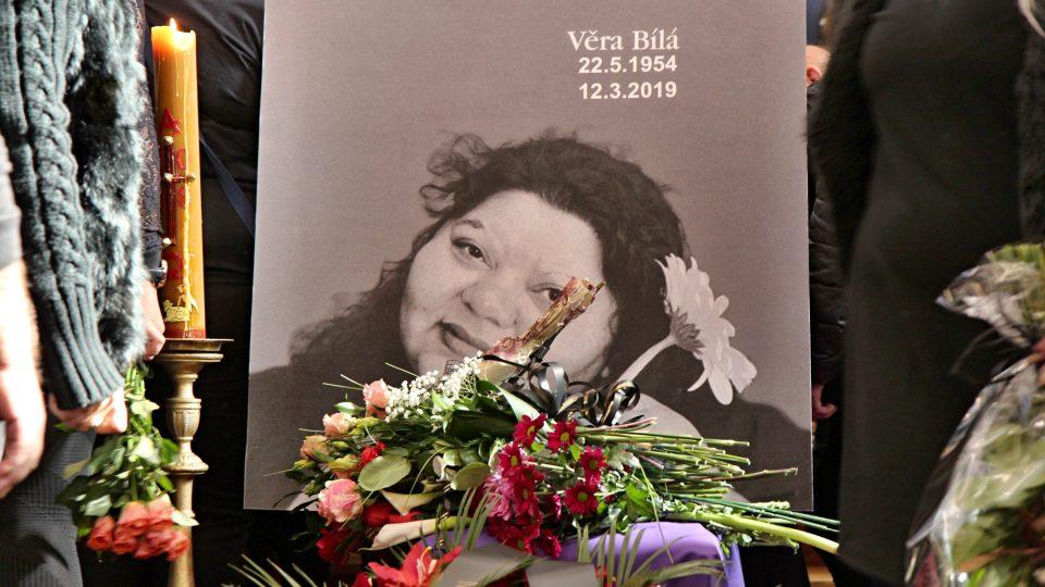 V Rokycanech se lidé rozloučili s romskou zpěvačkou Věrou Bílou