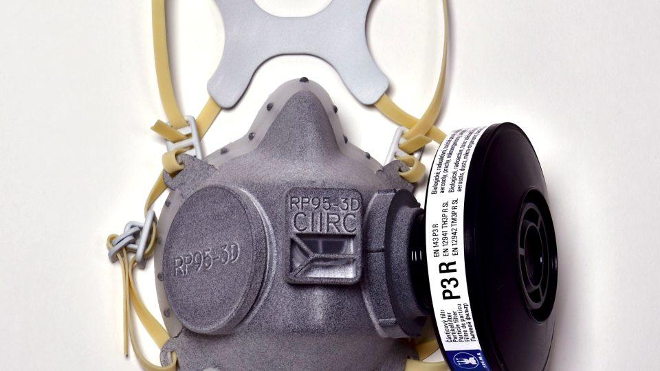 Podle expertů má pomůcka vyšší ochranu než respirátor FFP3. Respirátor již získal certifikaci a zástupci ČVUT ho představili ministru zdravotnictví Adamu Vojtěchovi