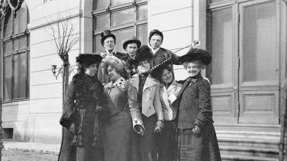 Skupina plzeňských herců u Měšťanské besedy, Foto H. Schiebl ml. Kolem 1905
