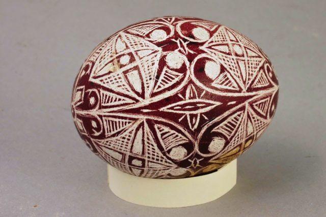"Kraslice s rýpaným vzorem, tzv. ""rejsovaná"", vyrobeno u Barochů v Hradišti u Blovic"