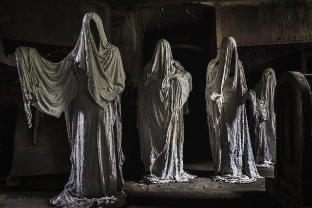 Duchové věřících v kostele v Lukové u Manětína, jak jim lidé říkají, sedí v lavicích, klečí nebo stojí a mlčky se modlí. Autorem neobvyklých sádrových plastik je student sochařství Jakub Hadrava