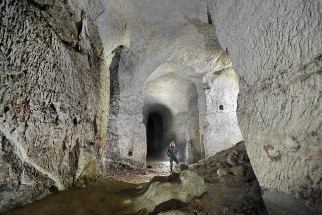 Dodnes je možné vidět i stopy po těžbě, jako například stropy očazené kouřem