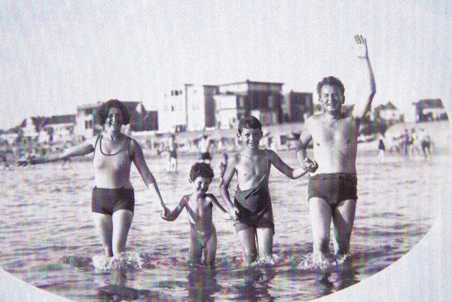 Welsovi ve 30. letech u moře. Zleva Ida,  Martin,  Tomáš a Rudolf | foto:  Archiv rodiny Welsovy