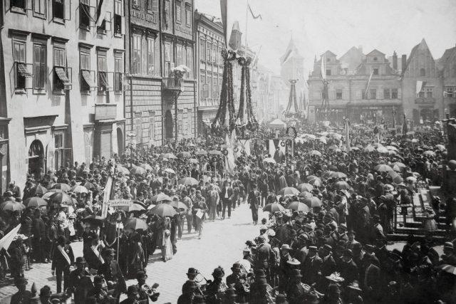 Příležitostné alegorické stavby, vlajkosláva, hudba a průvody, byť méně nákladné, tvořily kulisu mnoha dalších oslav; zde například při svěcení praporu Hlaholu v roce 1893