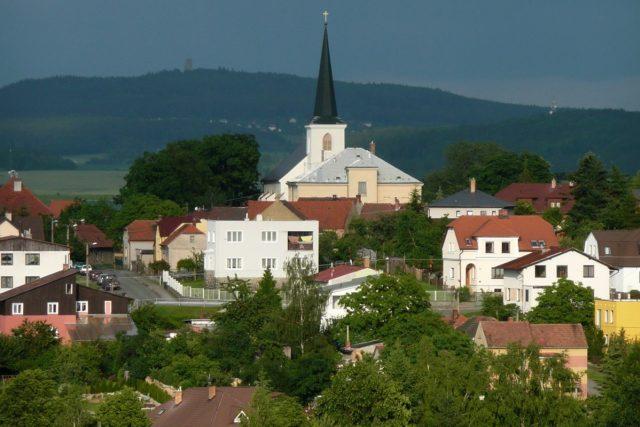 Kostel sv. Petra a Pavla v Plzni-Liticích, v pozadí zřícenina hradu Radyně