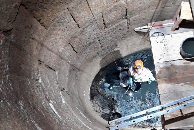 Na výzkumu se podílí i Tereza Řeháková, která postupně vynáší sediment z hlubiny na povrch