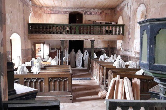 Duchové věřících pomáhají opravit kostel svatého Jiří v Lukové na Manětínsku. Ojedinělá expozice - 32 sádrových duchů rozmístěných v interiéru kostela, láká stovky návštěvníků a díky jejich finančním darům teď začala rekonstrukce další části střechy