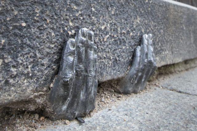 Dvě tajemné kovové ruce, které jakoby vylézají ze škvíry pod obrubníkem u plzeňské katedrály svatého Bartoloměje, budí zájem turistů i místních lidí. Oficiálně nikdo neví, kdo je tam na konci minulého roku dal, nebo zda mají nějaký hlubší význam