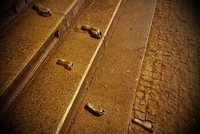 Obdivovatele záhad jistě potěší, že kreativní tajemná tvorba pokračuje. Ve čtvrtek 18. ledna v Plzni přibyly kovové nohy, dvě dospělá a tři dětská chodidla na schodech Velké synagogy. Mají podobný rukopis jako ruce