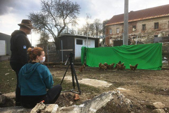 Petr Mikšíček a produkční Marieta Poliaková při natáčení trikových záběrů na Farmě Fojtov u Karlových Varů pro vizualizace do scének z prostředí Krušných hor