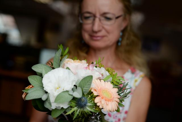 Kupované květiny často postrádají vůni. Můžeme jim pomoci tím,  že přidáme bylinky. Šalvěj voní a navíc je krásná | foto: Honza Ptáček,  Český rozhlas