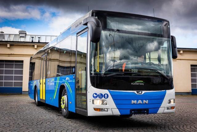 Autobus společnosti Arriva v barvách Plzeňského kraje